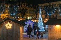 Marché de Noël artisanal de Grenoble. For its 21th edition, the artisan Christmas market of Grenoble grows and grows until on Place Docteur Martin from 21 November to 23 December 2015. At night music program on Thursdays, Fridays and Saturdays and a hundred chalets showcasing local crafts. More than a dozen local artisans offer indeed unique creations.