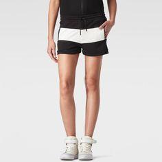 Deportivo short en tela jersey con un panel contrastado de bloque de color y bolsillos de ojal para las manos.