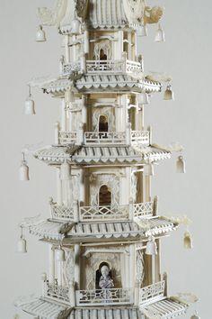 Pagode à sept étages et sa terrasse, ivoire sculpté et ajouré, partiellement polychromé, pierres semi-précieuses ( détail de la tour). Chine, dynastie Qing, Guangzhou (Canton), vers 1845. Coll. MADOI (inv. n° OA.2012.2263)