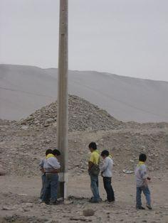lobatos de Chungara, Muchachos de San Jorge en Arica, Chile, regando un poste de concreto, ha ha hja hja jha ha ha...!!!!