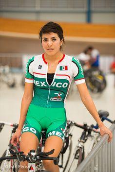 La deportista montar en bicicleta. Las mujeres sanas son bastante. Estar saludable te hace ver bastante.