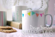 These simple mugs allow you to unleash your creativity for a perfect Christmas stocking filler! Sharpie Projects, Sharpie Crafts, Diy Sharpie Mug, Diy Projects To Try, Sharpie Doodles, Clay Projects, Painted Coffee Mugs, Hand Painted Mugs, Diy Arts And Crafts