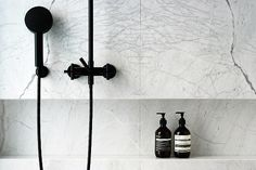 Marble in the Bath: http://www.leuchtend-grau.de/2015/03/kleines-Bad-renovieren.html / Interior * Minimalismus by LEUCHTEND GRAU