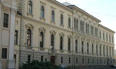 Ostrogon-Grad ima poznati Muzej hrišćana (Keresztény Múzeum), gde je najveća umetničkih kolekcija vezanih za crkvu i hrišćanstvo u Mađarskoj. Takođe grad ima i baziliku koja je najveća u Mađarskoj. Po pesmi iz Nibelunga, Ostrogon je bio Atilino (Etzel) sedište