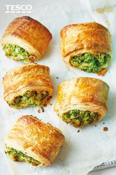 Veggie rolls Fun and healthy, these bite-size cheesy rolls with mashed butter beans, spinach and courgette are a great way of ensuring the kids eat their greens. Just load up on delicious greens and bake until golden – simple! Lunch Box Recipes, Vegetable Recipes, Vegetarian Recipes, Cooking Recipes, Tapas, Veggie Rolls, Vegan Party Food, Tesco Real Food, Cafe Food
