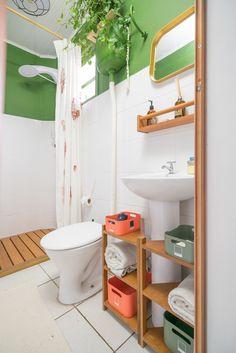 """Aprenda a fazer um móvel super útil para organizar tudo que você tem aí no  banheiro e não consegue dar um jeito por causa dessa """"bendita"""" coluna da pia!"""