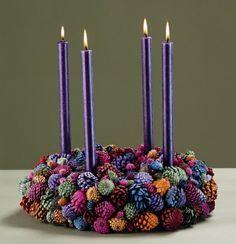 türkranz weihnachten lila kerzen weihnachtsdeko farbige tannenzapfen