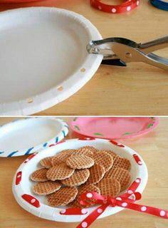 Basta un piatto di plastica e del nastrino colorato. Decoro per la tavola pronto.