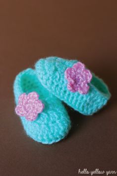 Crochet Baby Shoes I'm not sure what came over me but over the last 2 weeks, I've been crocheting baby booties non stop. It must be the cuteness factor. Baby clothes and booties are just so adorable. It's really hard. Crochet Baby Clothes, Crochet Baby Shoes, Crochet Slippers, Love Crochet, Crochet For Kids, Baby Slippers, Hat Crochet, Crochet Baby Blanket Beginner, Baby Knitting