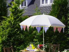 Colourful garden chairs, mosaic tables and floral arrangements - bring your garden into a summer mood with these easy garden decorating ideas on a budget! Bunting Ideas, Bunting Garland, Garlands, Pool Party Kids, Kid Pool, Colorful Garden, Garden Chairs, Easy Garden, Summer Parties