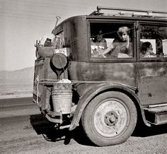 Dust Bowl car carrying a family from Abilene, TX to California. Photographed by Dorothea Lange, August 1936 Dust Bowl, Photos Du, Old Photos, Rare Photos, Dorothea Lange Photography, Migrant Worker, Great Depression, Depression Support, Documentary Photography
