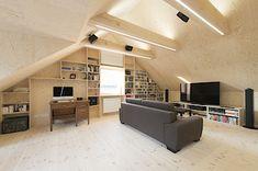 Prostor v obýváku je otevřen až pod hřeben střechy.