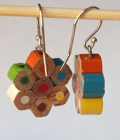 Nice and romantic silver SHORT earrings and colored pencils Boucles d'oreilles faites avec des m Cute Jewelry, Jewelry Crafts, Handmade Jewelry, Recycled Jewelry, Recycled Crafts, Diy And Crafts, Arts And Crafts, Bijoux Diy, Diy Earrings