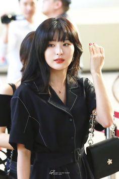 South Korean Girls, Korean Girl Groups, Seulgi Instagram, Red Velvet Photoshoot, Red Valvet, Trending Photos, Airport Style, Airport Fashion, Kpop Fashion