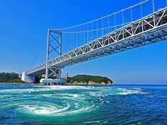 徳島県の鳴門海峡で有名な、「鳴門の渦潮」。 日に2回ほど現れるので、迫力ある渦潮を間近で見るのもおススメです。