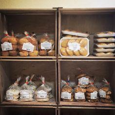 Comenzamos bien la mañana, acabamos de recibir nuestros dulces artesanos, totalmente sin conservantes. www.plasenciasabores.com #artesanal #perrunillas #tortadechicharron #bolluelas #magdalena #aceitedeoliva #Gourmet #pedidos #envios #desayunos #merienda #dulce #regalos