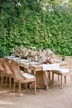 Beautiful wooden reception table with a colorful floral runner. Photo: @adrianaklas Dutch Tulip, Outdoor Furniture Sets, Outdoor Decor, Grow Out, Reception Table, Garden Wedding, Tulips, Illusions, Vibrant