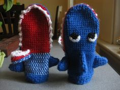 crochet shark mittens. link to pattern and two other cool shark patterns! Ian would LOVE these!