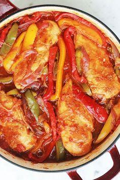 Poitrines de poulet aux poivrons, oignons et tomates. Un plat délicieux et très simple à faire. S'accompagne de riz, purée de pommes de terre ou frites.