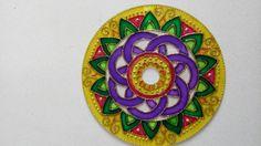Mini mandala fita com cd.  Pintura vitral feita à mão  Decorada com contas e pingente