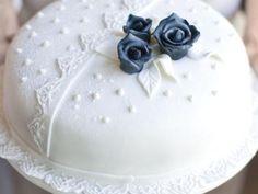 Bröllopstårta som kan göras dagen före, rosorna långt före, förvara dem i lufttäta burkar. Svart hushållsfärg finns på Stockholm eter och essencefabrik.