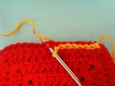 Mi amiga Charlene , me ha pedido que le mostrara diferentes formas de unir cuadrados tejidos al crochet , ya que le han quedado de recuerdo ...
