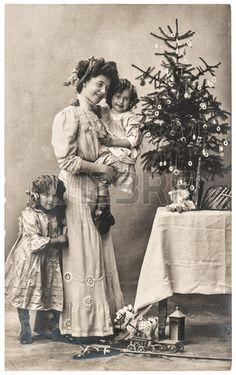 feliz madre y los ni os con el rbol de Navidad y juguetes antiguos foto sepia de la vendimia con gra Foto de archivo