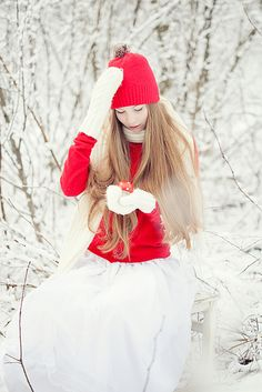 Beautiful senior photo shoot in the snow. Photography by Loreta