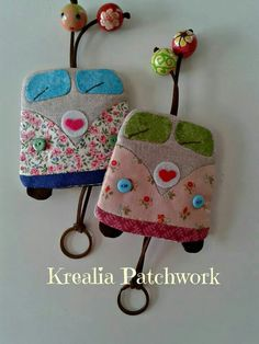 Resultado de imagem para patchwork case for key Cute Sewing Projects, Sewing Hacks, Sewing Crafts, Key Covers, Fabric Gifts, Love Sewing, Fabric Scraps, Felt Crafts, Diy Gifts