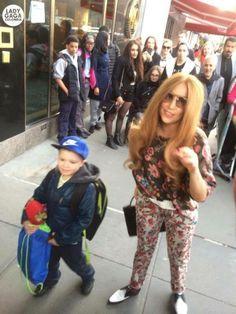 Lady Gaga hoy en nueva york con un niño se ve hermosa ?