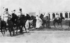 Palais du sultan   Un vendredi dans la cour du palais du sultan Moulay Youssef : les caïds marocains précédant le sultan Moulay Youssef qui va se rendre à la Mosquée   1916.05.12