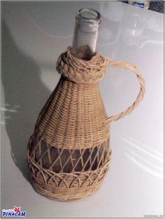 Botella de cristal forrada con médula-mimbre.#manualidades #pinacam #medula #mimbre                                                         www.manualidadespinacam.com