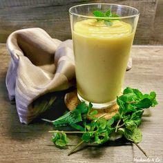 Unser Rezept für Mango Lassi (AIP / Paleo / Vegan). Ganz leicht herzustellen und soooo lecker. Du wirst es lieben! Du brauchst einen Mixer, eine Mango, Kokosjoghurt, Wasser oder Kokosmilch. Probiere es doch gleich einmal aus.