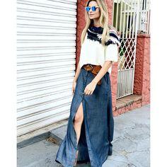 #mulpix Look para arrasar!  Nossa saia longa jeans com botões e fenda para fazer a diferença! E se esfriar, aposte no cropped de tricô e em uma gola colorida!  #lookloftystyle  #outonoinverno2016