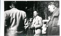 Afdelingschef i Udenrigsministeriet Frants Hvass (i midten) taler til chaufførerne i Friedrichsruhe i Tyskland d. 19. april 1945. Slottet Friedrichsruhe var svensk hovedkvarter under Bernadotte-aktionen Tidsperiode og årstal Datering: 19. April 1945 - See more at: http://samlinger.natmus.dk/FHM/17991#sthash.OxYtXxjJ.dpuf