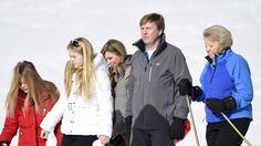 Koninklijke familie poseert in de sneeuw | NOS