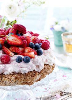 Den lækreste mandelbund med fløjlsblød flødeskum og masser af søde bær - et supersødt sommerhit til dessertbordet eller eftermiddagskaffen. Prøv den! No Bake Desserts, Dessert Recipes, Danish Food, Different Cakes, Sweets Cake, Cake Toppings, Cake Cookies, No Bake Cake, Amazing Cakes