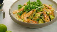 Een feestelijk wokgerechtje net voor de echte feesten: gebakken gamba's met broccoli en currysaus. - jeroen meus