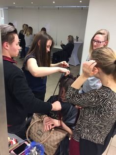 Dag 5 van de #joicoschoolcontest #jsc2018 bij #joicobelgium @thelinq met @philippemathijs @katelijnejoicobelgium @tinedegreve @coachroeselaere en @peterplatel #hairfun #hair #dewakkokapper #haar #students #thefutureofhairdressing #hairjoi