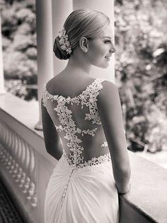 Vestido de noiva com renda e transparência nas costas ( Vestido: Nova Noiva )