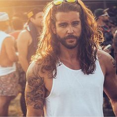 40 Latest Modern Beard Styles For Men - Buzz 2018 When beard paired with wrong hairstyle or face structure, it can be disastrous. Keep yourself updated with the Latest Modern Beard Styles For Men. Modern Beard Styles, Beard Styles For Men, Hair And Beard Styles, Curly Hair Styles, Sexy Bart, Jack Greystone, Hipster Noir, Good Looking Men, Bearded Men