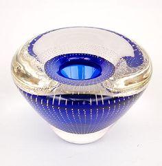 Dikwandig glazen vaasje serica 53 blauwe kern met helderglazen overlay met ingesloten netwerk van luchtbelletjes ontwerp A.D.Copier 1936 Glasfabriek Leerdam