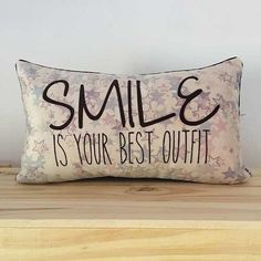 Almohadón Pana Estampado Con Frases - Divinos Burlap Crafts, Diy And Crafts, Scatter Cushions, Throw Pillows, Bohemian Shoes, Office Stationery, Bedroom Accessories, Pillow Design, Homemade Gifts