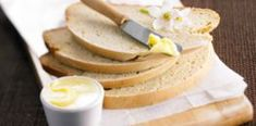 Levure fraîche, levure sèche : quelles équivalences (+ tous les bons conseils) - Cuisine Actuelle Pain Aux Olives, Camembert Cheese, Dairy, Food And Drink, Breakfast, Pancakes, Muffins, Sad, Fluffy Biscuits