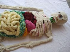 """Artista cria """"cadáver humano"""" feito de crochê"""
