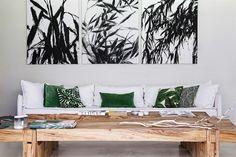 Algunos de los almohadones del sillón fueron traídos de un viaje; otros, en pana verde, fueron teñidos por Ana Fuchs.