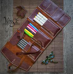 Leather Pencil Case / Handmade Pencil Holder / Pencil bag / Pen Case / Pencil Pouch / Pencil Roll / Artist's Gift / Gifts For Artists - Leather Pencil Case Handmade . Diy Pencil Case, Leather Pencil Case, Leather Cover, Artist Pencil Case, Leather Roll, Pencil Bags, Pencil Pouch, Diy École, Diy Bags Holder