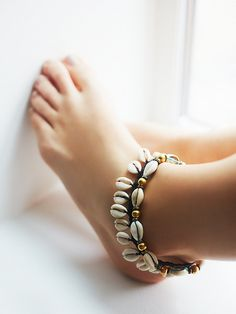 Avoca Shell Anklet | Perfect for beach days under the sun, this double layered cowry shell anklet features an adjustable lobster clasp closure with extender. *By Free People