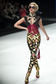A model showcases designs by Anne Avantie on the runway during Indonesia Fashion Week 2014 day 4 at Jakarta Convention Center on February 2014 in Jakarta, Indonesia. Indonesia Fashion Week, Jakarta Fashion Week, Batik Kebaya, Batik Dress, Fashion Models, High Fashion, Ethnic Fashion, Rock Star Outfit, Koh Tao