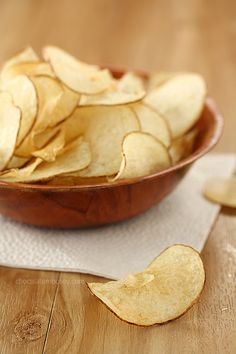 Crispy salt and vinegar potato chips with a secret ingredient that will give these chips that lip-smacking flavor, just like store bought chips! Recipes for baked potato chips and fried potato chips provided. Salt And Vinegar Potatoes, Vinegar Salt, Salt And Vinegar Potato Chips Recipe, Salt And Vinegar Crisps, Family Reunion Food, Homemade Chips, Homemade Baked Potato Chips, Fried Potato Chips, Snack Recipes